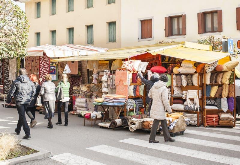 Mercado local exterior em Nord Est de Itália foto de stock