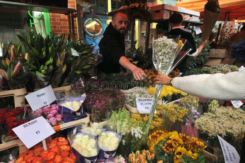 Mercado Londres da flor da estrada de Colômbia, Reino Unido foto de stock royalty free