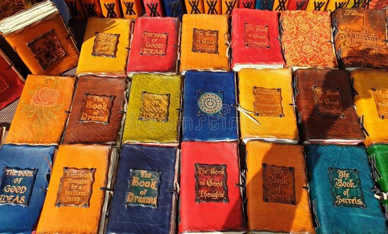 Mercado medieval del libro hecho a mano viejo de cuero de la cubierta de la artesanía en la ciudad vieja de Tallinn ilustración del vector