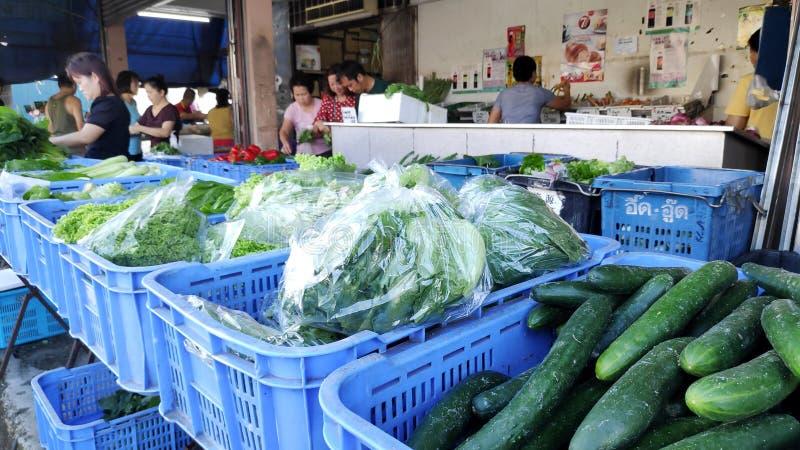 Mercado mojado y clientes no identificados situados en Johor Bahru, Malasia fotos de archivo