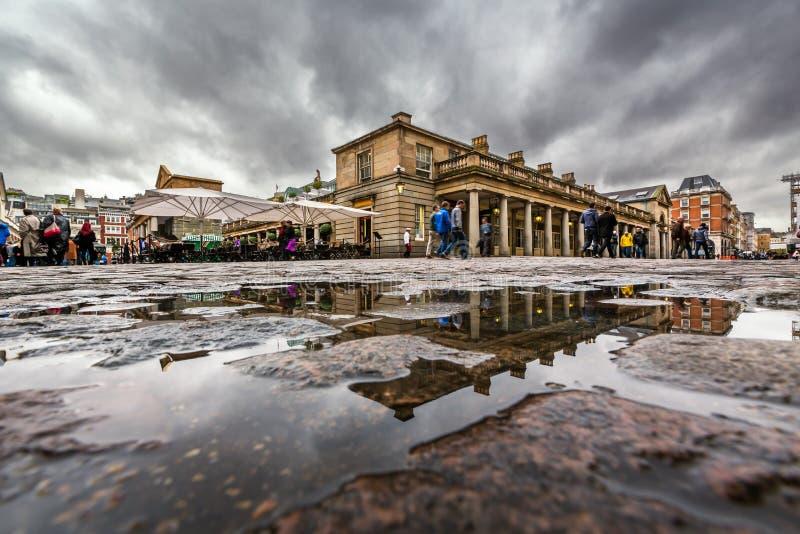 Mercado no dia chuvoso, Londres do jardim de Covent imagem de stock