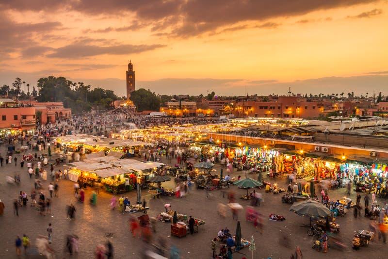Mercado no por do sol, C4marraquexe do EL Fna de Jamaa, Marrocos, Norte de África imagens de stock