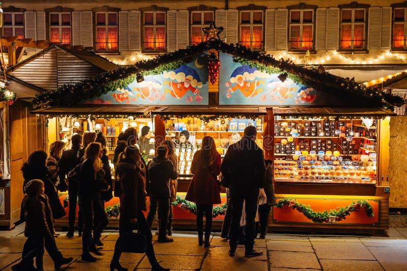 Mercado ocupado Christkindlmarkt do Natal na cidade de Strasbourg foto de stock