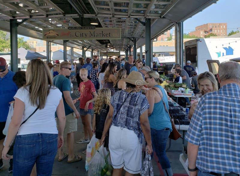 Mercado ocupado do fazendeiro no fim de semana Kansas City imagens de stock royalty free