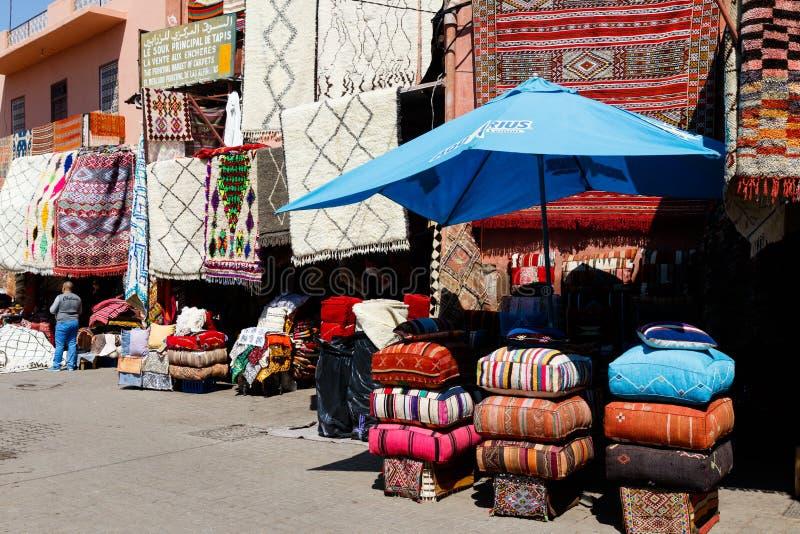 Mercado ocupado y colorido del árabe tradicional del bazar en Marrakesh, Marruecos, África foto de archivo