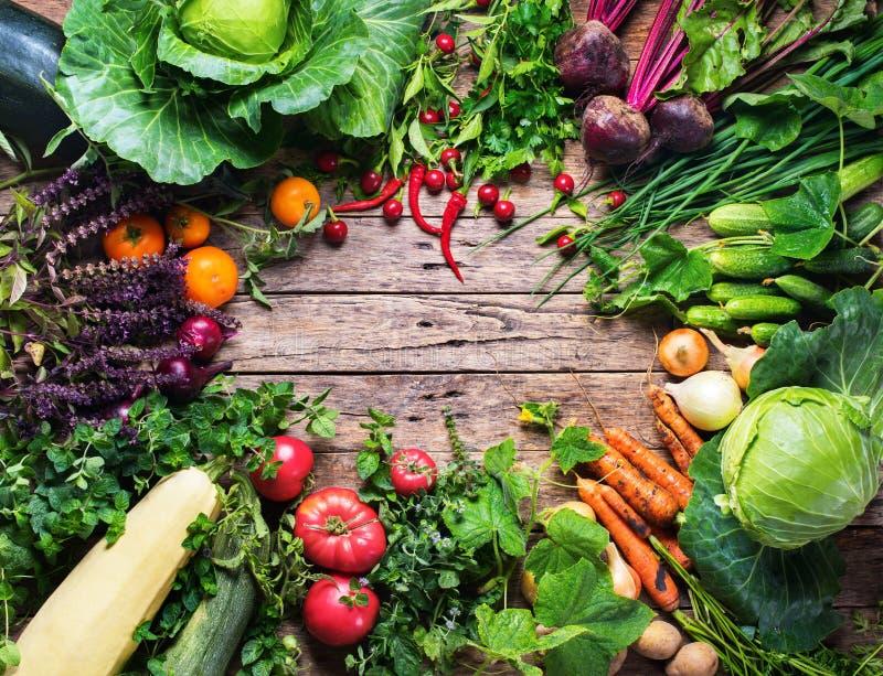 Mercado orgánico fresco del marco de las verduras del surtido imagen de archivo libre de regalías