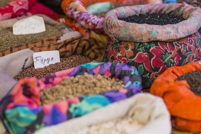 Mercado oriental vívido bonito com os sacos completos de várias especiarias fotos de stock