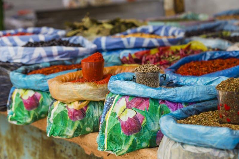 Mercado oriental vívido bonito com os sacos completos de várias especiarias fotografia de stock