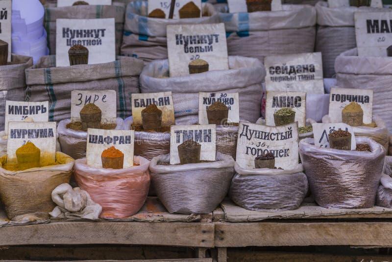 Mercado oriental vivo hermoso con los bolsos llenos de diversas especias fotografía de archivo