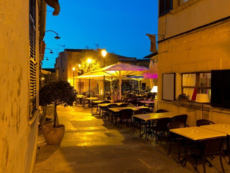 Mercado público com restaurantes em Alcudia Majorca à noite fotos de stock