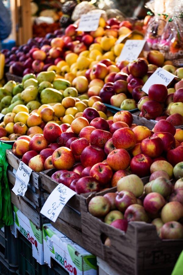 Mercado polonês tradicional com maçãs frescas, Polônia. fotos de stock royalty free