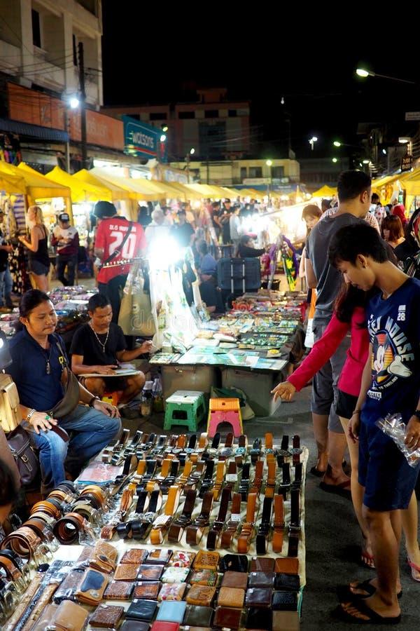 Mercado popular da noite na cidade de Krabi, Tailândia fotografia de stock