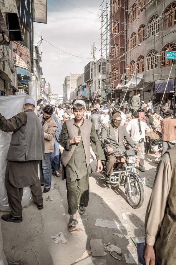 Mercado por completo de la gente en Afganistán imagen de archivo