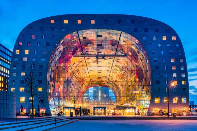 Mercado Salão no distrito de Blaak de Rotterdam, Países Baixos no crepúsculo imagens de stock
