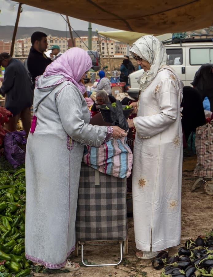 Mercado semanal de martes en Azrou, Marruecos imagenes de archivo