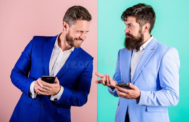 Mercado social dos media Hoje em dia todos precisa o smartphone moderno do dispositivo com acesso online Executivos do uso fotografia de stock royalty free