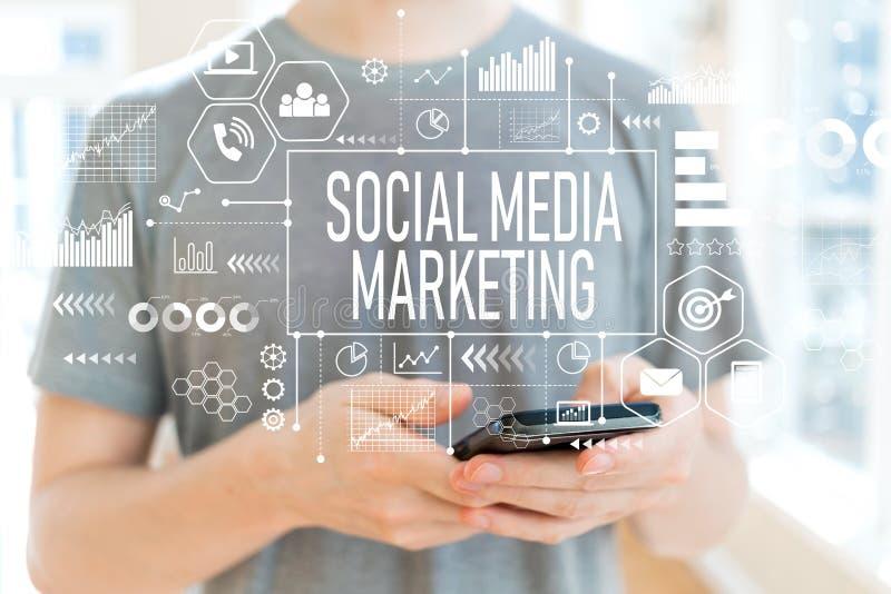 Mercado social dos meios com o homem que usa um smartphone imagens de stock