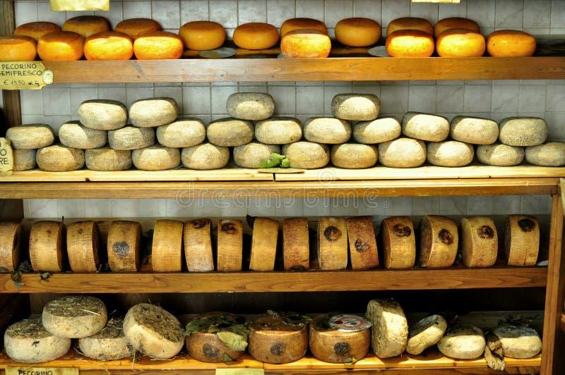 Mercado típico del queso en Pienza, Italia imagenes de archivo