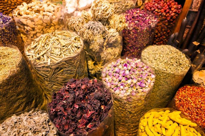 Mercado tradicional asombroso del souk en el distrito Deira, Dubai, United Arab Emirates de Dubai Creek fotografía de archivo