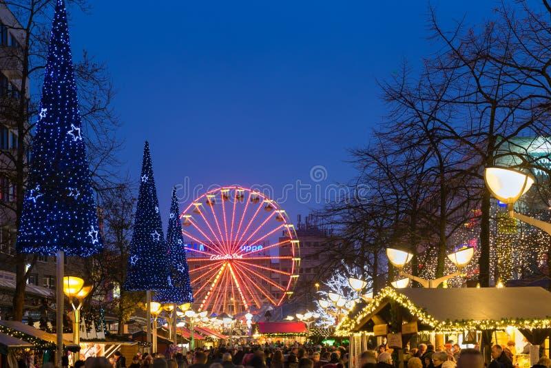 Mercado tradicional de la Navidad con la noria iluminada en th fotografía de archivo libre de regalías