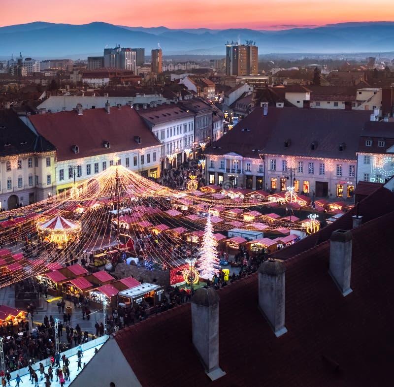 Mercado tradicional de la Navidad en el centro histórico de Sibiu, Ro foto de archivo
