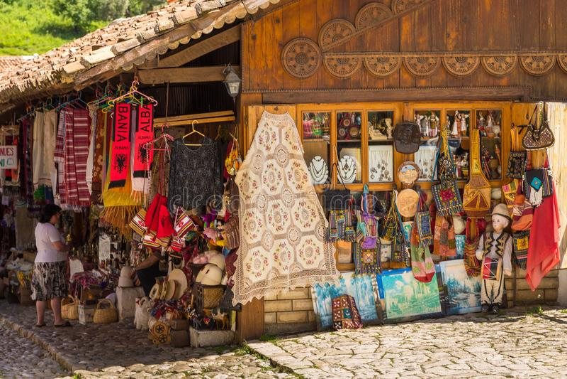 Mercado tradicional del otomano en Kruja, ciudad del nacimiento del héroe nacional Skanderbeg, Albania imágenes de archivo libres de regalías