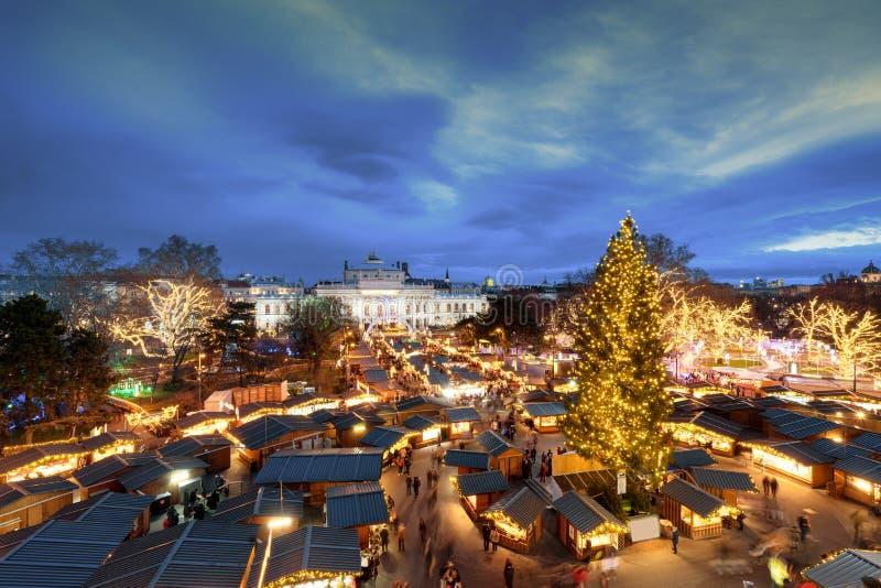 Mercado tradicional do Natal de Viena na frente da câmara municipal AE foto de stock