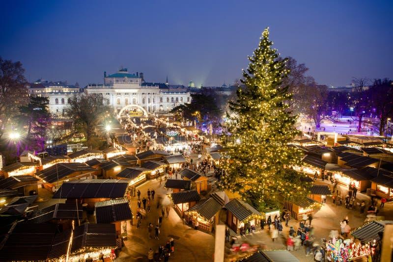 Mercado tradicional do Natal em Viena Áustria Silhueta do homem de negócio Cowering foto de stock