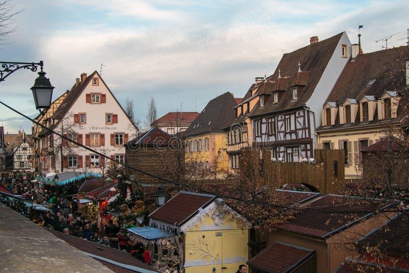 Mercado tradicional do Natal no centro histórico de Colmar em Alsácia fotografia de stock