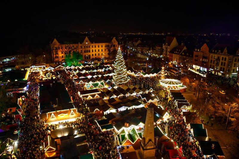 Mercado tradicional en Erfurt, Thuringia de la Navidad en Alemania Con el árbol de Navidad, pyramide y ventas y soportes de la co imagen de archivo