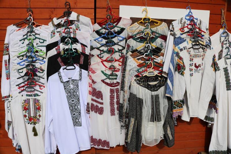 Mercado tradicional en Vatra Dornei, región de Bucovina rumania fotos de archivo libres de regalías