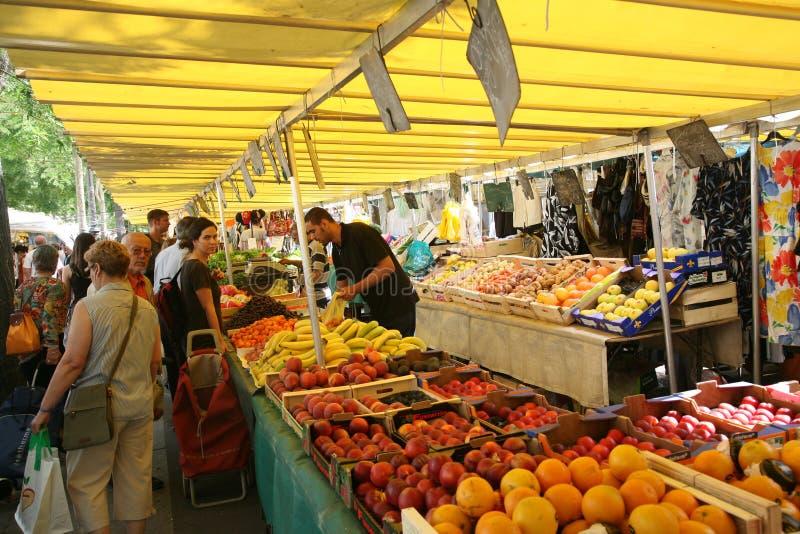 Mercado vegetal ao ar livre em Paris foto de stock