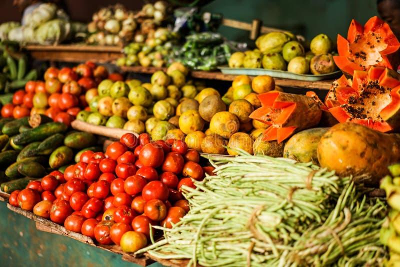 Mercado vegetal con las frutas y verduras mezcladas imagenes de archivo