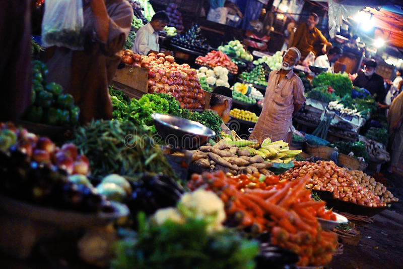Mercado vegetal en la noche en bazar saddar, foto de archivo libre de regalías