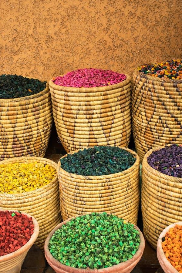 Mercado velho medina c4marraquexe da especiaria Cestas com tipo diferente das especiarias Ingredientes de alimento coloridos Cest imagens de stock royalty free