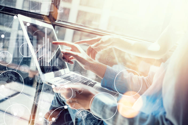 Mercado virtual da relação do gráfico do ícone da conexão global que pesquisa o processo Os colegas de trabalho da mulher que faz fotos de stock