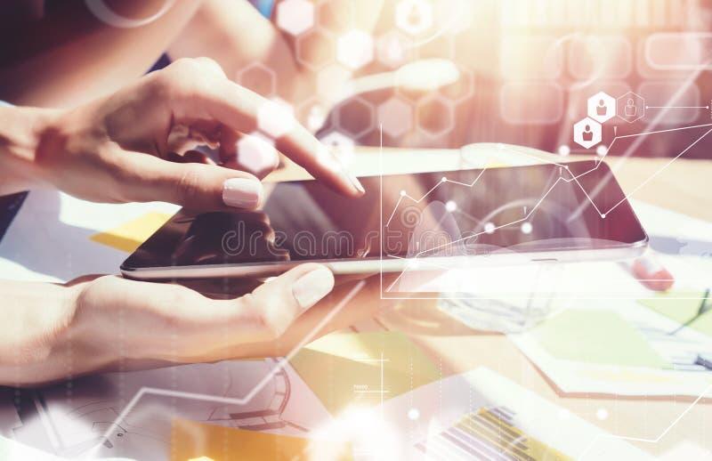 Mercado virtual da relação do gráfico do ícone das conexões globais que pesquisa o processo Executivos da reunião diversa do cliq imagens de stock royalty free