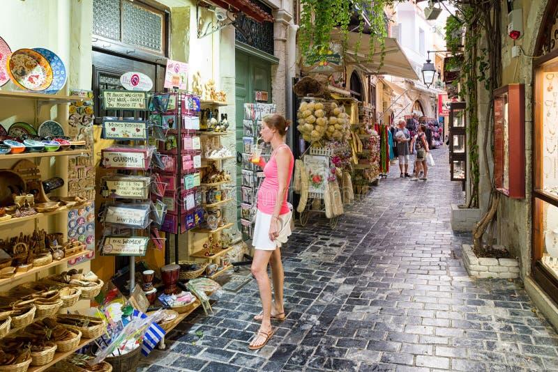 Mercadoria de observação na frente das lojas - Rethimno da mulher, Cre foto de stock royalty free