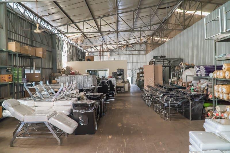 A mercadoria em páletes e em fabricação fotografia de stock