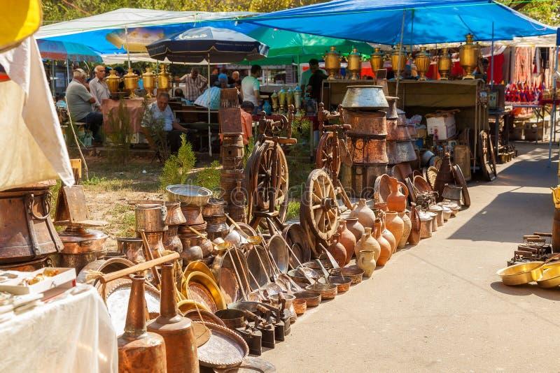 Mercadoria em uma feira da ladra fotografia de stock royalty free