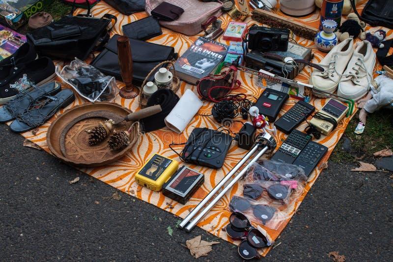 Mercadoria expor na feira da ladra imagens de stock royalty free