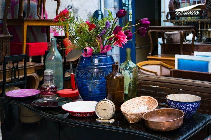 Mercadoria retro do vintage na exposição em uma loja do junkman foto de stock royalty free