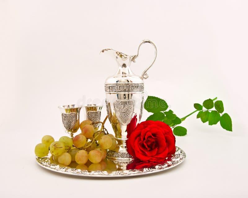 Mercadorias de prata - um jarro e vidros e uvas imagens de stock royalty free