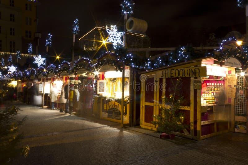 Mercados de la Navidad en el cuadrado de la paz, Praga (noche) imágenes de archivo libres de regalías