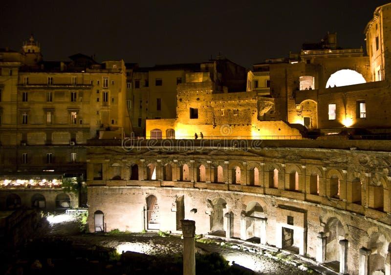 Mercados de Trajan em a noite fotografia de stock