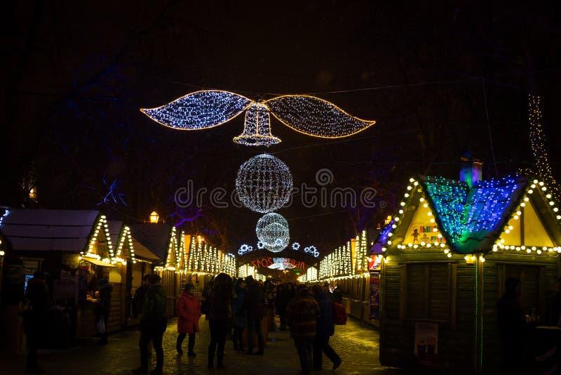 Mercados hermosos de la Navidad del invierno Luces de la noche Lviv foto de archivo