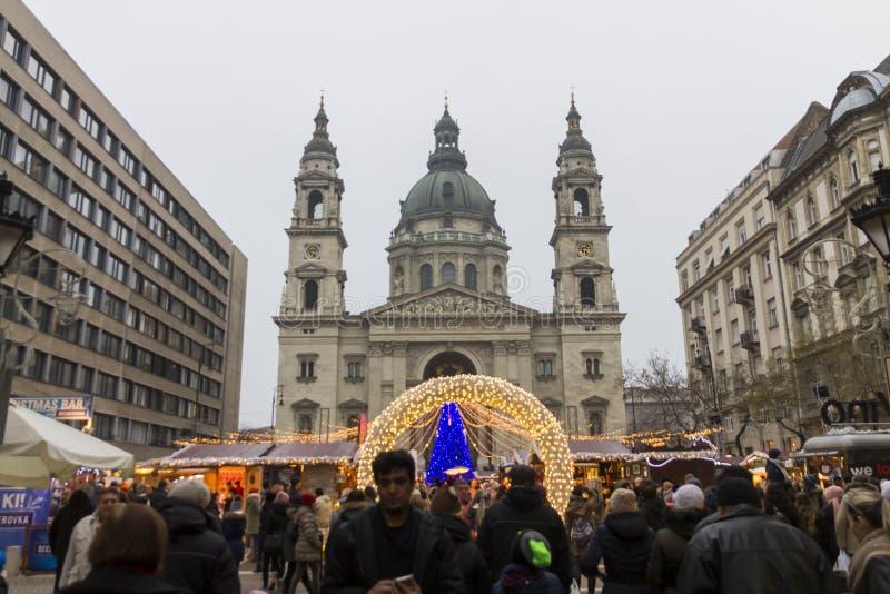 Mercados tradicionales de la Navidad en Budapest delante de la basílica del St Stephen (Szent Istvan-bazilika) imágenes de archivo libres de regalías