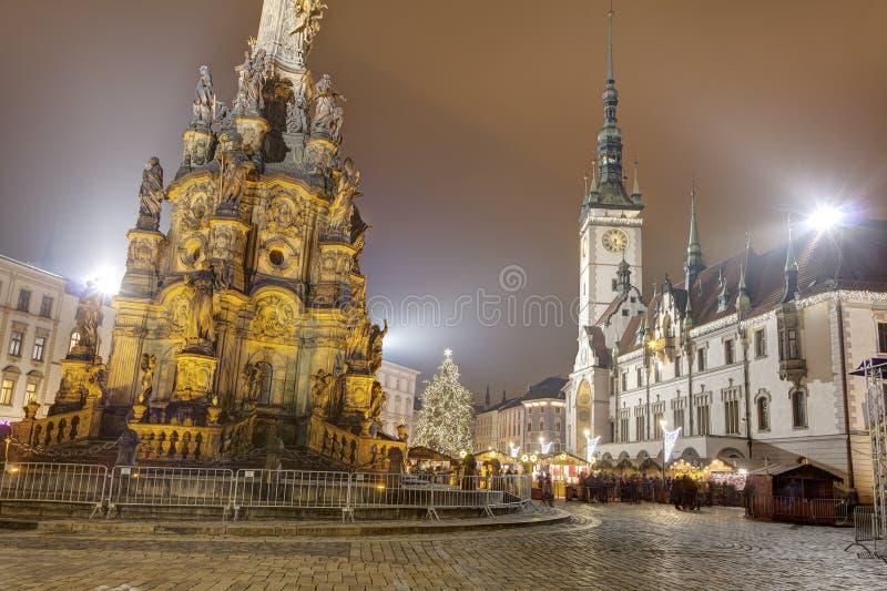 Mercados tradicionales de la Navidad en la ciudad Olomouc en el cuadrado superior (namesti de Horni) en la noche imagenes de archivo
