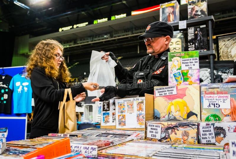 Mercancía de la compra de la fan en el convenio de Yorkshire Cosplay fotografía de archivo libre de regalías