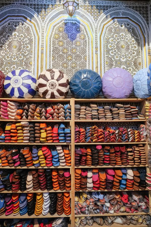 Mercancías de cuero en venta en una tienda local en Fes EL Bali, Marruecos de Fes fotografía de archivo